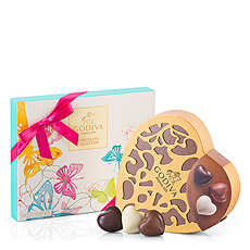 Treat your sweetheart to this lovely Godiva spring gift set. The timeless pleasure of Godiva's Coeur Grand Heart gift box is paired with a lovely new Summer 2017 gift box.