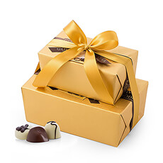 A tower of Belgian chocolate gold is a precious gift. Two Godiva Gold Ballotins are tied together with a luxurious gold ribbon and presented in a stylish gold bag.