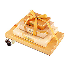 Dive into the New Year with our extraordinary golden tower! Four boxes with both novelties and true classics finished off with a gold ribbon will certainly make some heads turn.